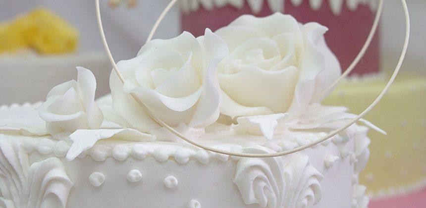 """Tort weselny. Jakie dekoracje wybrać: klasyczna polewa, owoce, ombre czy """"nagi tort""""?"""